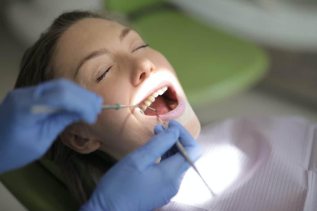 מה זה שיניים תותבות זמניות ולאילו מקרים הן מתאימות
